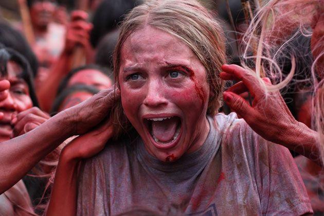 """""""The Green Inferno""""  La nueva película de Eli Roth (Hostal, 2007) """"The Green Inferno"""" muestra a un grupo de jóvenes que tras la caída del avión en el que viajaban para realizar una protesta en la zona se ven perdidos y posteriormente rodeados de caníbales."""