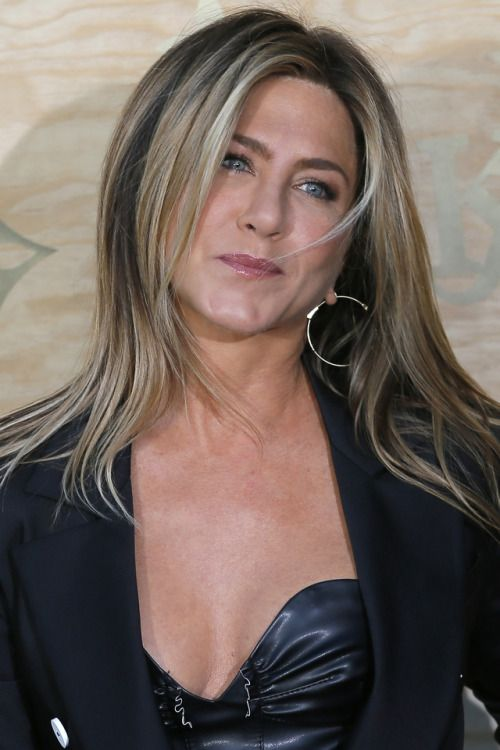 "breathtakingwomen: ""Jennifer Aniston en la colaboración de Louis Vuitton y Jeff Koons Masters Collection, París (11 de abril, 2017)"" Primer"