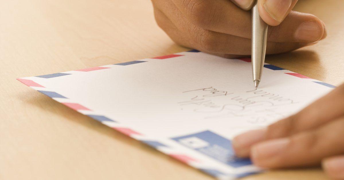 Dicas sobre como tornar suas cartas interessantes. Pode ser muito empolgante abrir sua caixa de correio e encontrar uma carta escrita especialmente para você. Os avanços na tecnologia tornaram as cartas muito menos comuns. Surpreenda alguém que você conhece e com quem você se importa enviando uma cartinha. Você certamente fará seu dia muito melhor, e a carta poderá se tornar uma lembrança.