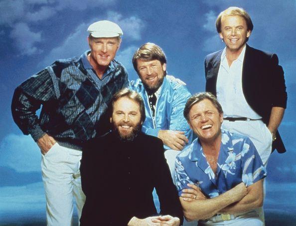 Die USamerikanische Musikgruppe 'The Beach Boys' Sänger und Schlagzeuger Mike Love Gitarrist Carl Wilson Bassist und Songschreiber Brian Wilson...
