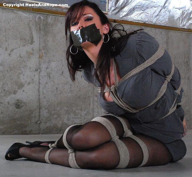 Как связать секретаршу с скотчем и кляпом бондаж, женщины без трусиков в платье