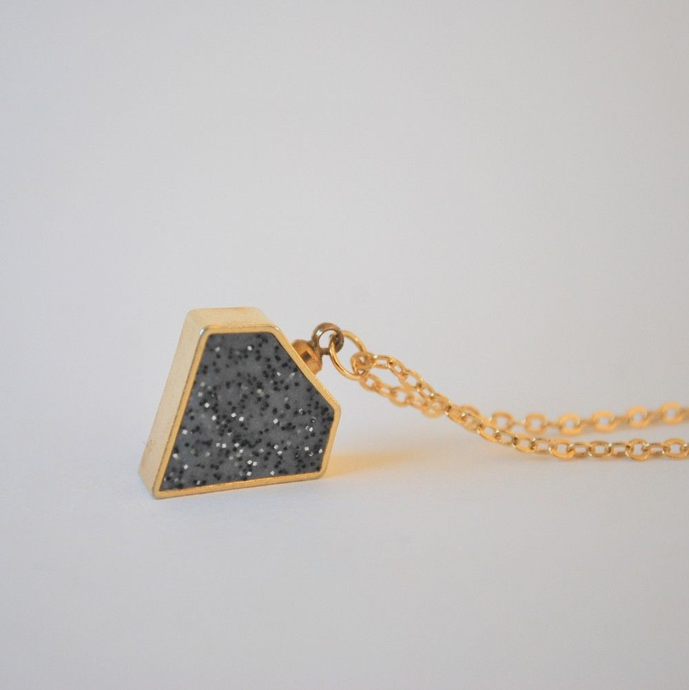 NYHET! Halsband Diamant granit/guld med kedja. via majas punkt.. Click on the image to see more!