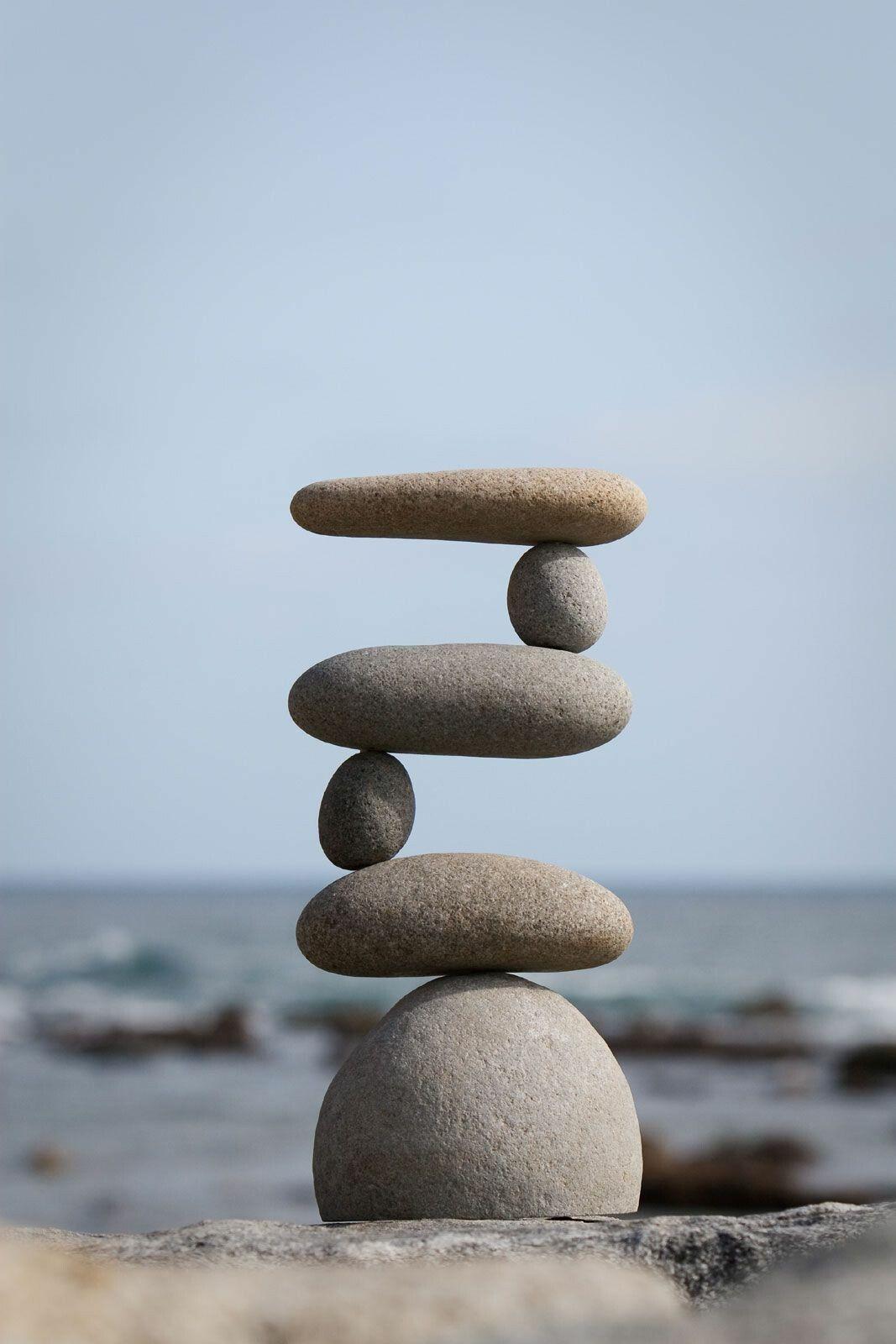 Equilíbrio sempre | Escultura em rocha, Arte com seixos, Arte com ...