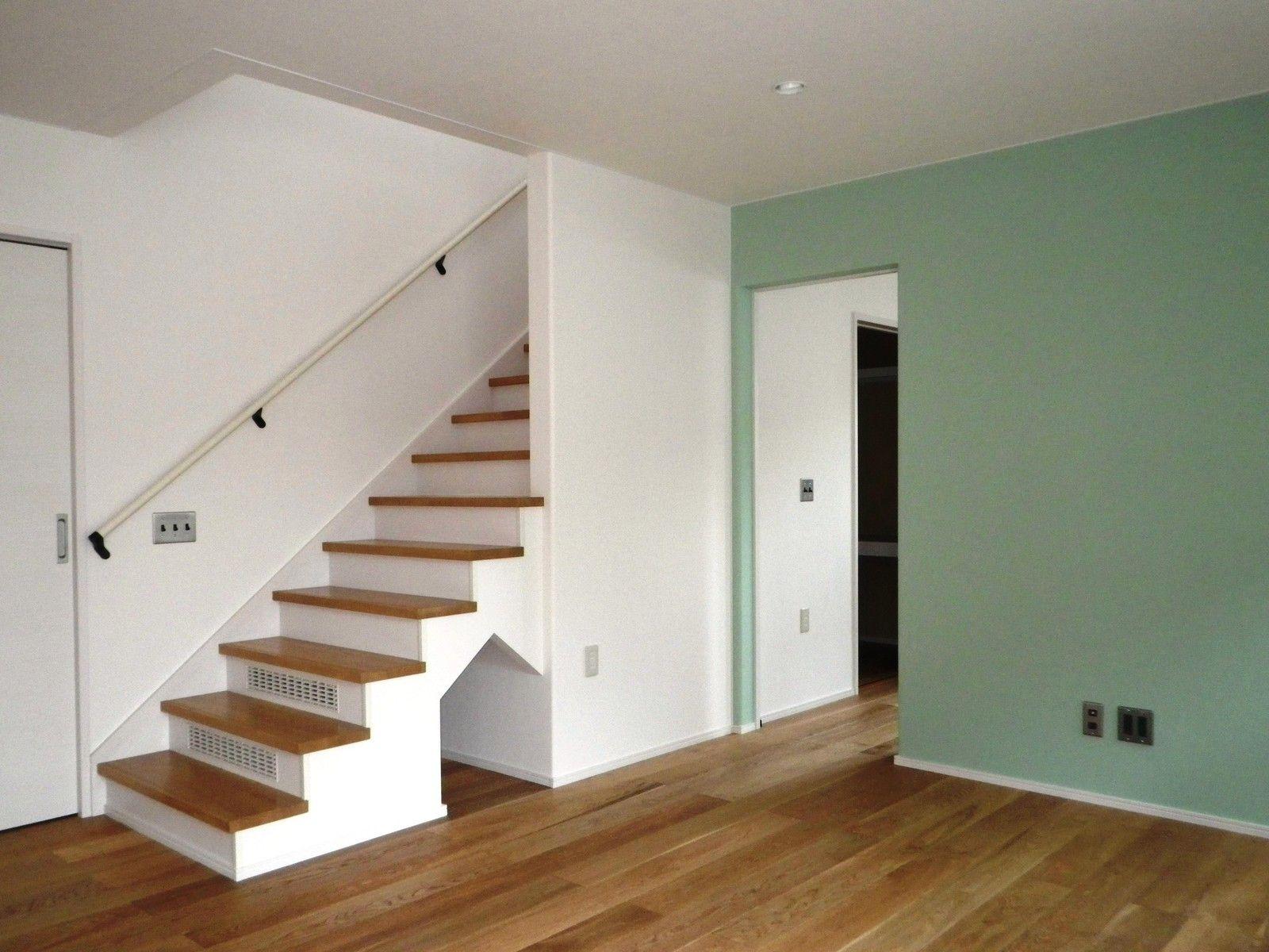 リビング階段 階段下の犬小屋風物入がかわいいですね 6段分も袖無し階段にしました 危ない とおっしゃる方もいるかもしれませんが 私もオーナー様も納得の上での設計です 開放的でいいですよ しかも この階段巾もメートルmoduleで 幅広です リビング階段
