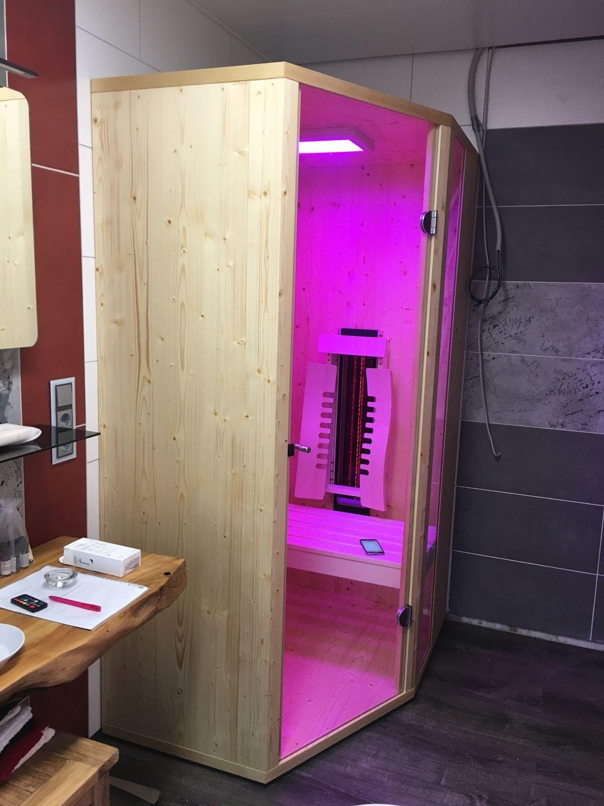Eine kleine Infrarotkabine für das Badezimmer. Ecklösung mit