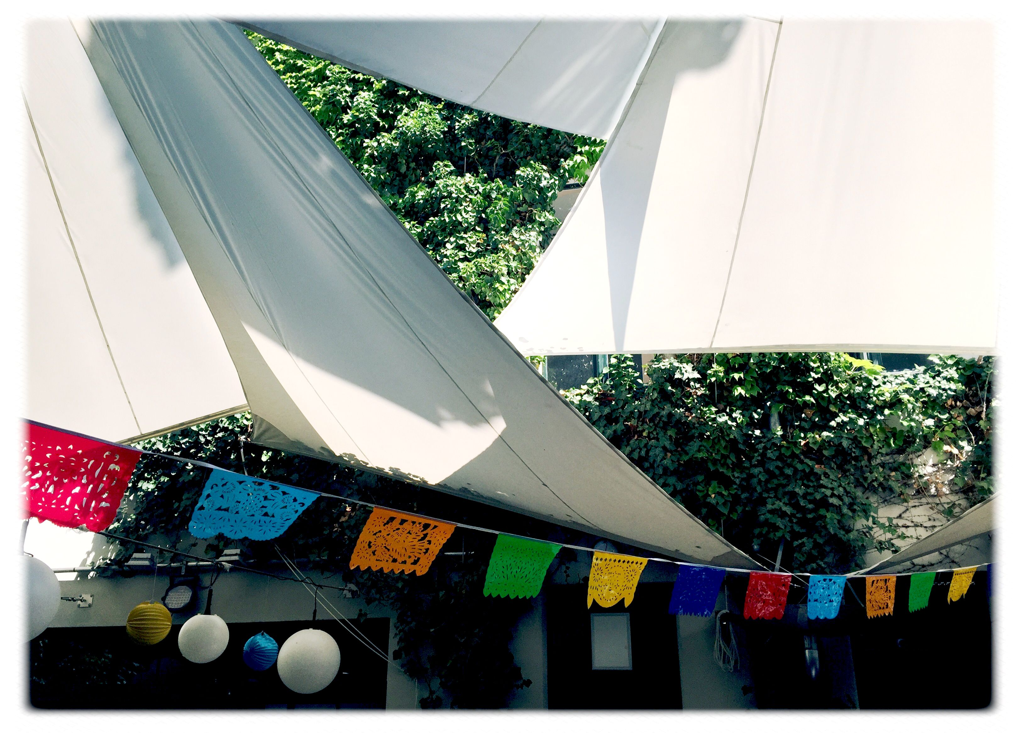 Innenhof #sommer #sonne #sunshine #girlande #berlin #draussen #feiern