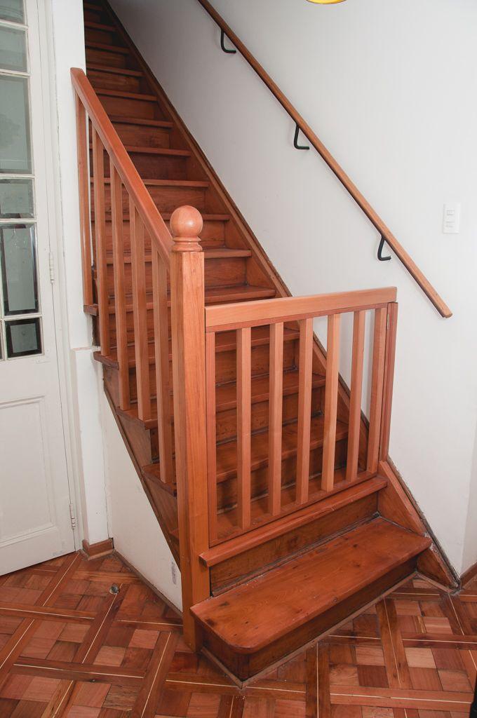 Puerta de seguridad de madera para escaleras escaleras for Barandilla escalera exterior