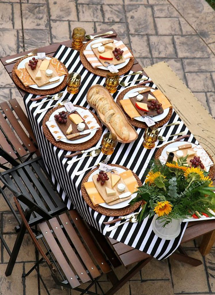 Para decorar uma mesa não é preciso muito: você pode investir em diversos tipos de louças e decorar com flores ou frutas. Confira estas ideias