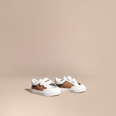 179856cb79cc3 Découvrez notre sélection de chaussures pour bébé garçon jusqu à 3 ans.  Retrouvez nos bottes de pluie
