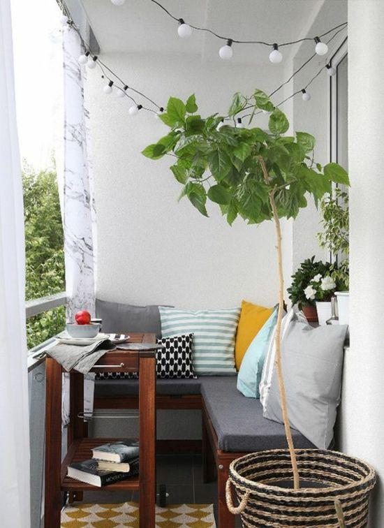 Kleinen Balkon Gestalten kleinen balkon gestalten lichterkette wurfkissen grüne pflanzen