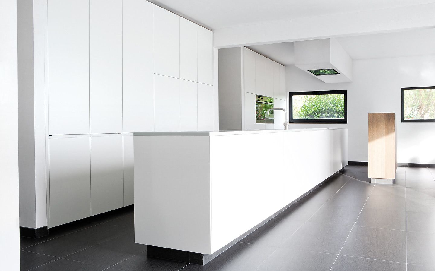 Clean and minimal custom made kitchen. Project 13 by Belgian company ...