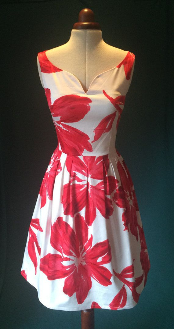 266f120d9ab6 Beautiful floral summer dress in red and white, with a vintage look this  dress is very elegant and ideal for countless occasions, from weddings to  picnics.