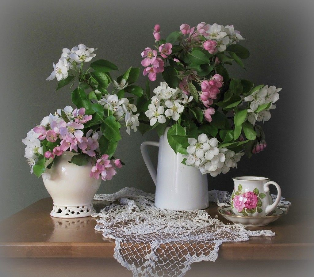 В дом на цыпочках входит Весна,ставит в вазу цветы весенние...