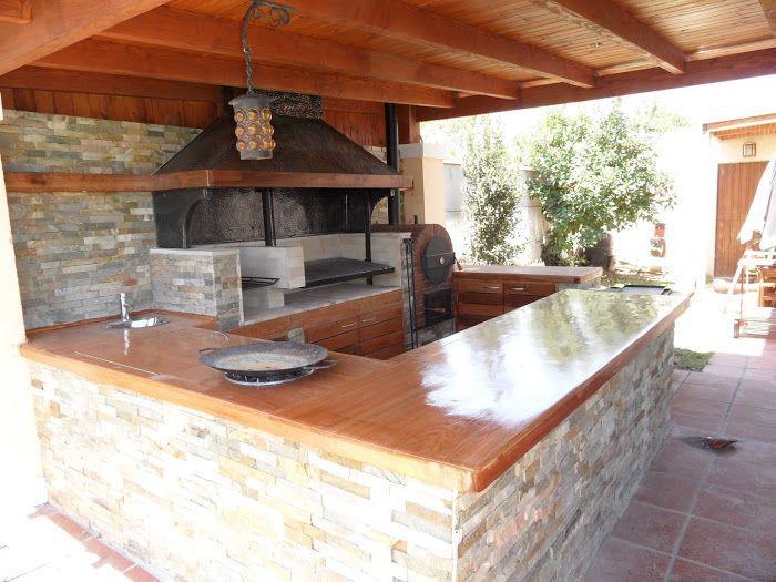 Interior barbacoa jard n con recubrimiento de piedra y for Pergolas para jardin