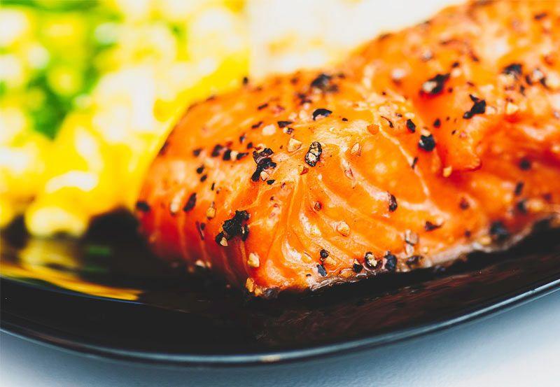 Salmón encebollado. Ingredientes  Rodajas o lomos de salmón (según tamaño medida aprox. de 2 lomos por persona) 1 Cebolla dulce grande 1 Diente de ajo Aceite de oliva Un poquito de harina para rebozar Un chorrito de vino (opcional)