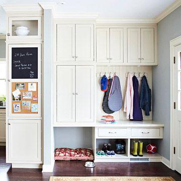 Un espacio cerca de la puerta donde dejar mensajes, colgar abrigos y mochilas, guardar el calzado e, incluso, para consentir a la mascota.