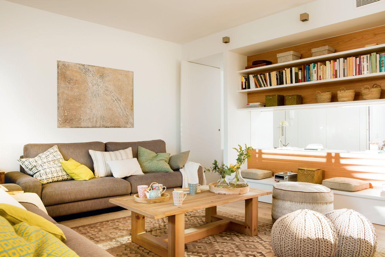 Sal n con banco estanter a y ventana de cristal que da a - Muebles de salon para pequenos espacios ...