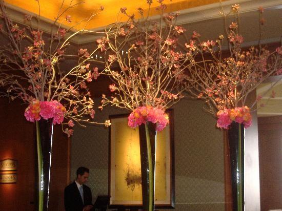 Large flower arrangements for hotel lobbies lobby flower - Groaye glasvase dekorieren ...