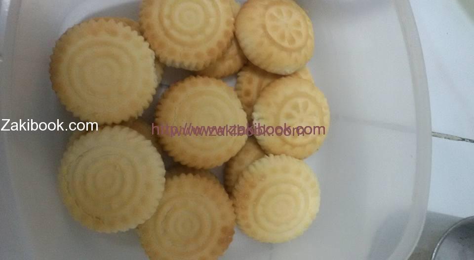 السر وراء بقاء رسمة المعمول بعد الخبز زاكي Arabic Sweets Arabic Desserts Cooking Recipes