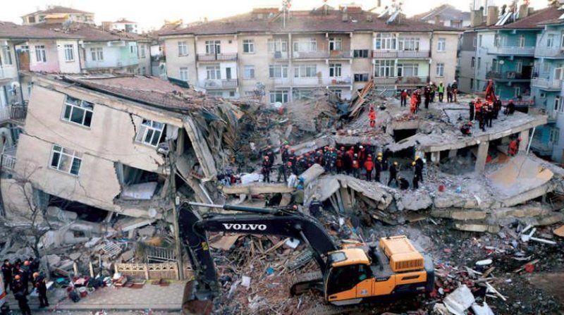 زلزال تركيا إنقاذ أم وإبنتها من تحت الأنقاض Landmarks Istanbul Times Square