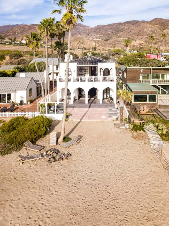 Vacation Rentals Homes Experiences Places Airbnb In 2020 Beachfront Luxury Retreats Malibu Pier