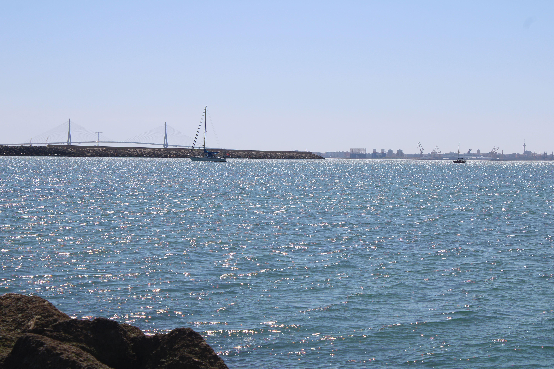 veleros del cercano puerto deportivo de PUERTO SHERRY fondeados en la ensenada del aculadero