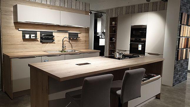 Nobilia Musterkuche Moderne Nobilia Kuche Mit Sandfarbenen Fronten Und Hochwertigen Edelstahlgriffen Marken Gerate Von Aeg Inklusive Auss In 2020 Kitchen Home Decor