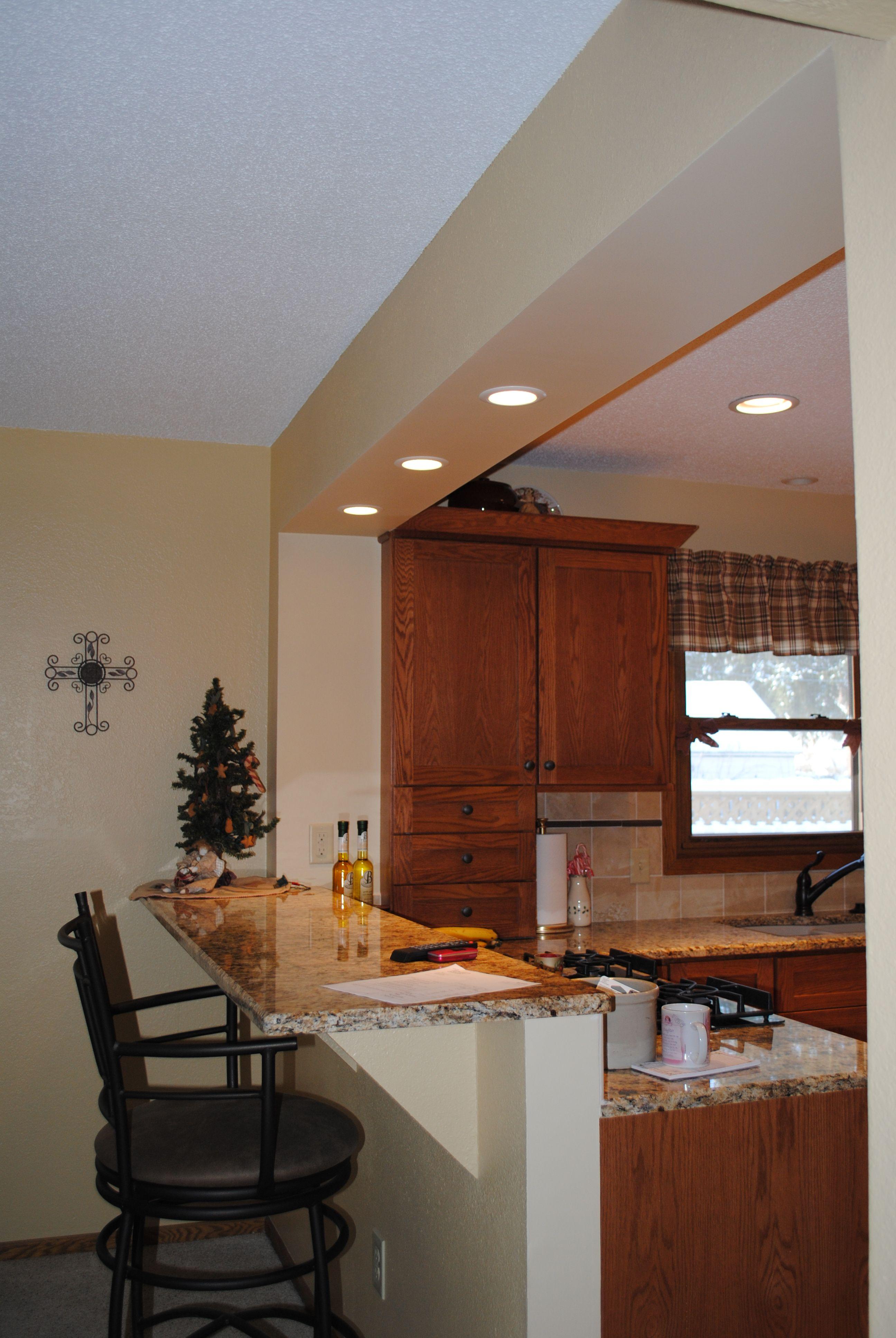 Oddelenie kuchynskej pracovnej časti od jedálenskej v prípade použitia ostrovčeka ako raňajkového stola