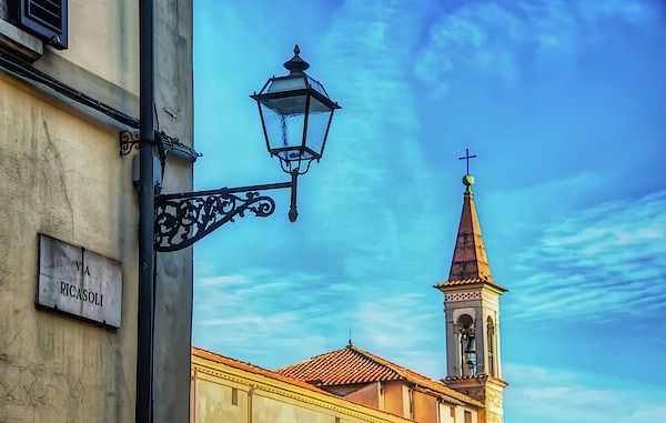 A foreground streetlight and background church steeple make a great combination in Florence, Italy.  #Florence #Italy #streetlight #chruch