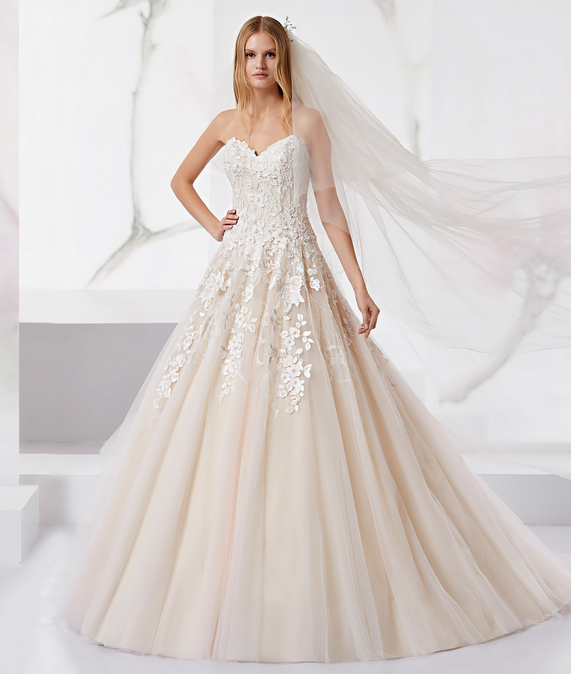 Moda Sposa 2018 Collezione Jolies Joab18487 Abito Da Sposa Nicole Laccio Abito Da Sposa Vestiti Da Ballo Abito Da Sposa A Trapezio