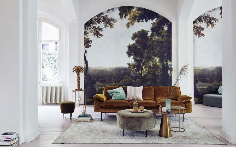 Woonkamer met fluwelen bank en fotobehang | Living room with velvet ...