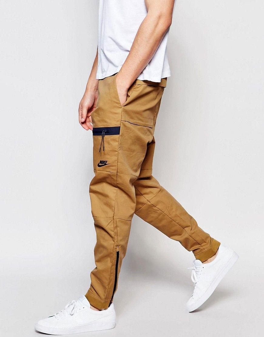 Estos pantalones son cafés. Estos pantalones son muy largos. Tienen negro  en ellos. Debes llevar estos pantalones con zapatos blancos. dd0117794f9
