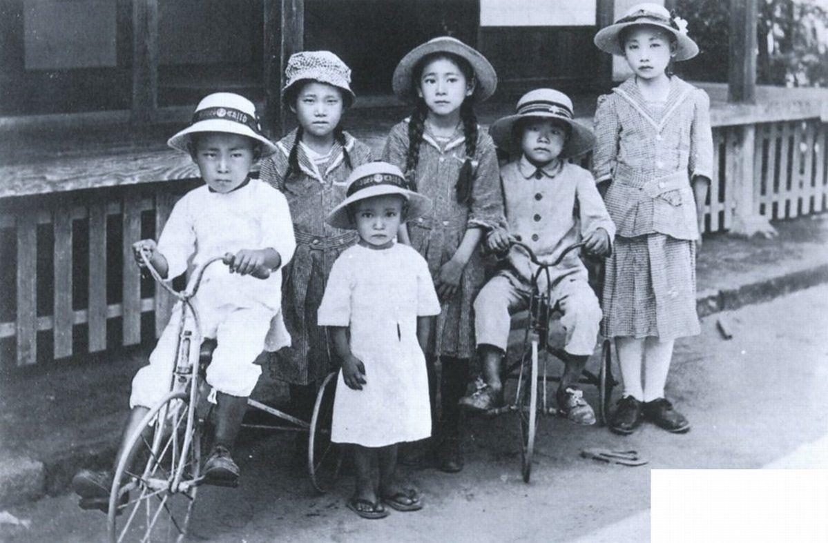 1922年(大正11年)。座間市の子供たちです。洋服を着たり三輪車に乗っ ...