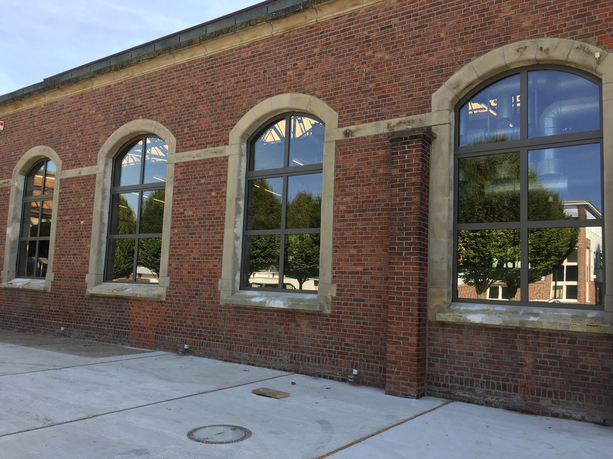 Unteres Fenster mit Spiegelfolie als Sichtschutz