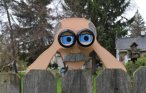 Introducting Peekin Pete Hij Weet En Zag Alles Wat Er In De Buurt Als Gladys Kravitz Had Een Zielsverwant Zou Het Wood Yard Art Fence Decor Deck Decorating