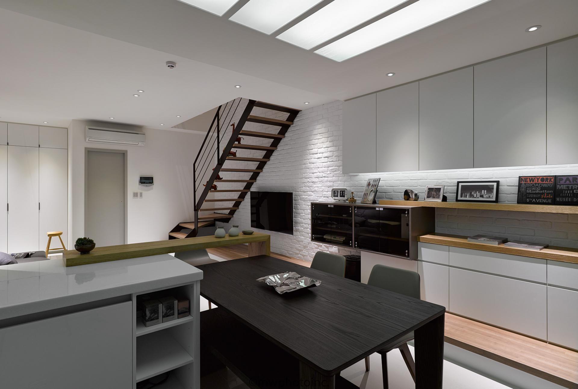 流明設計營造出光線從天井灑落的感覺 而客廳和餐廚的中央空間設計了