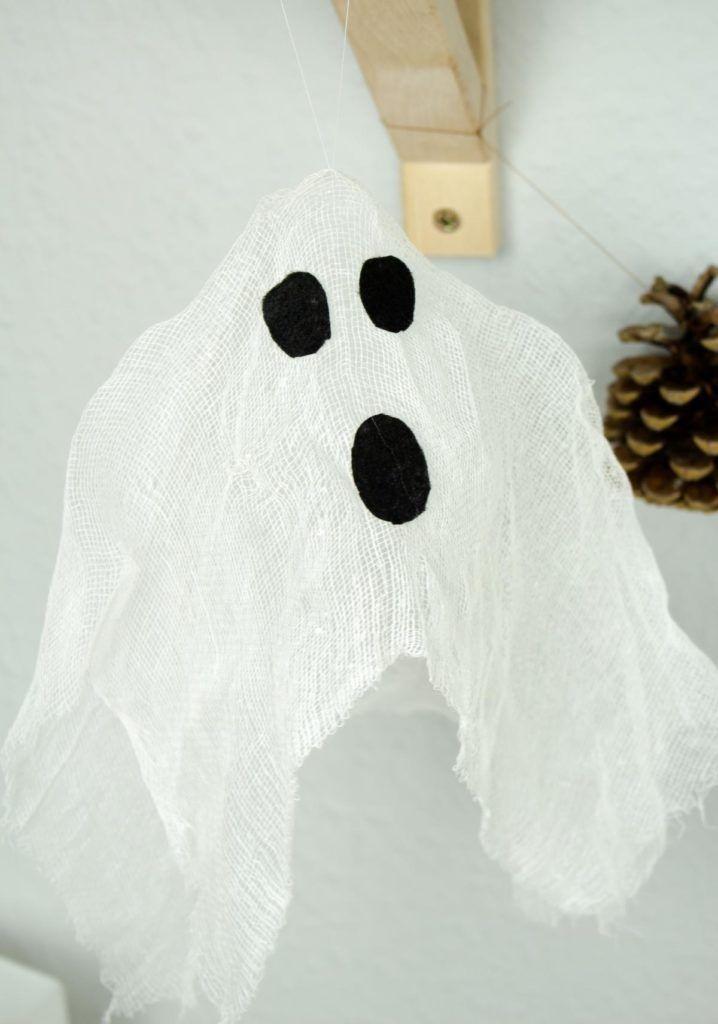 DIY Halloween Deko: Schwebende Geister basteln #geisterbasteln DIY Halloween Dekoration: Schwebende Geister basteln #geisterbasteln