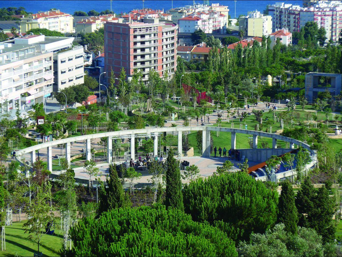 """<a href=""""/parceiros/jardins"""">Revista Jardins</a> · O Anfiteatro Almeida Garrett e o seu original pórtico são uma das imagens de marca do espaço"""