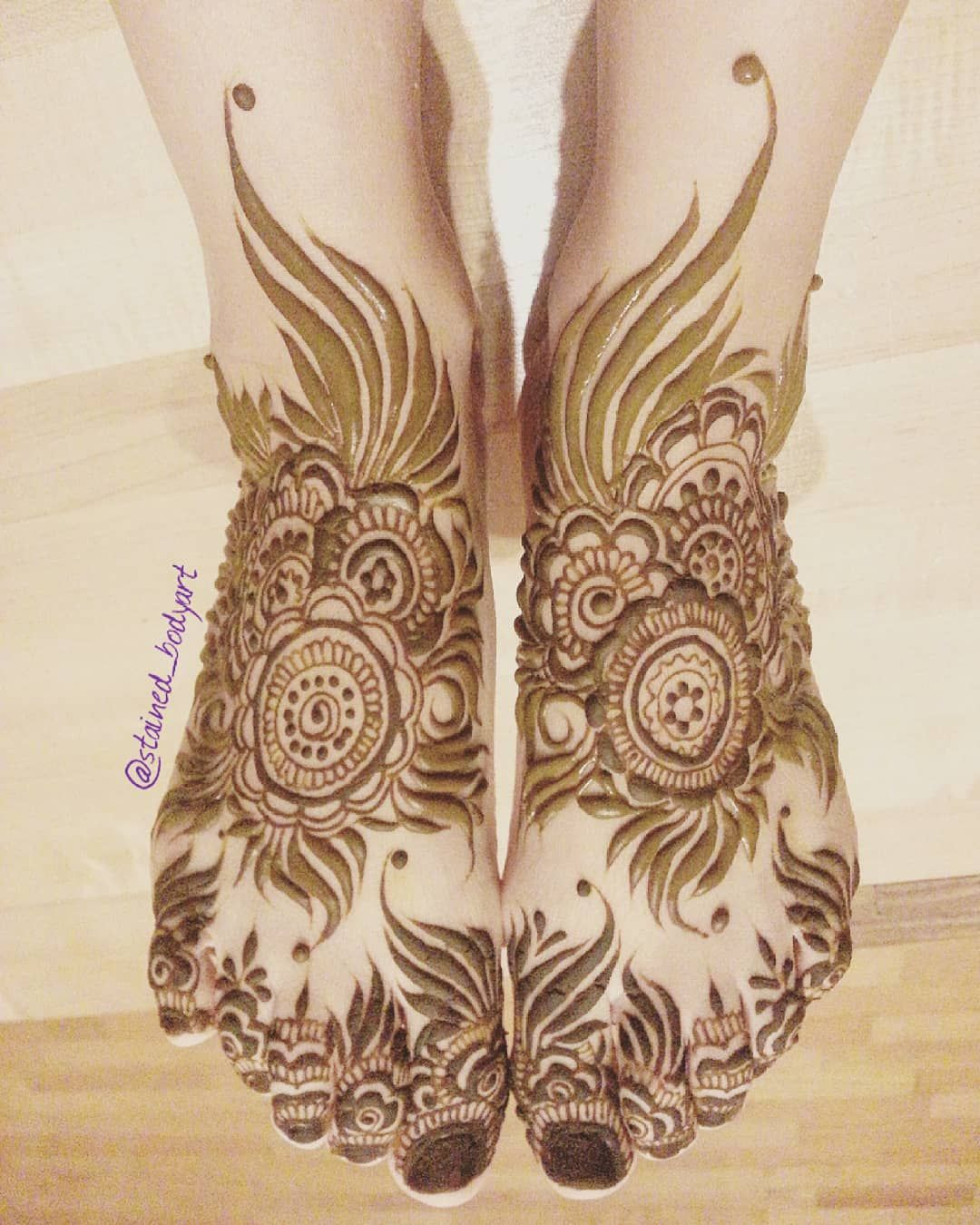 Henna On Feet And Toes Bold Khaleeji Syle Stainedbodyart Com Fb Stainedhennabodyart Khafif Mehndi Design Henna Designs Feet Mehndi Designs