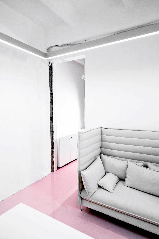 diseño oficina-work space-concrete floors-pink deco oficina-hellomarielou