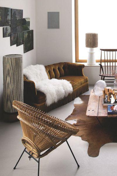 Cote Salon Sur La Peau De Vache Ikea Palette Sncf En Guise De Table Basse Suspension De Constance Guisset Deco Maison Decoration Maison Idees Pour La Maison