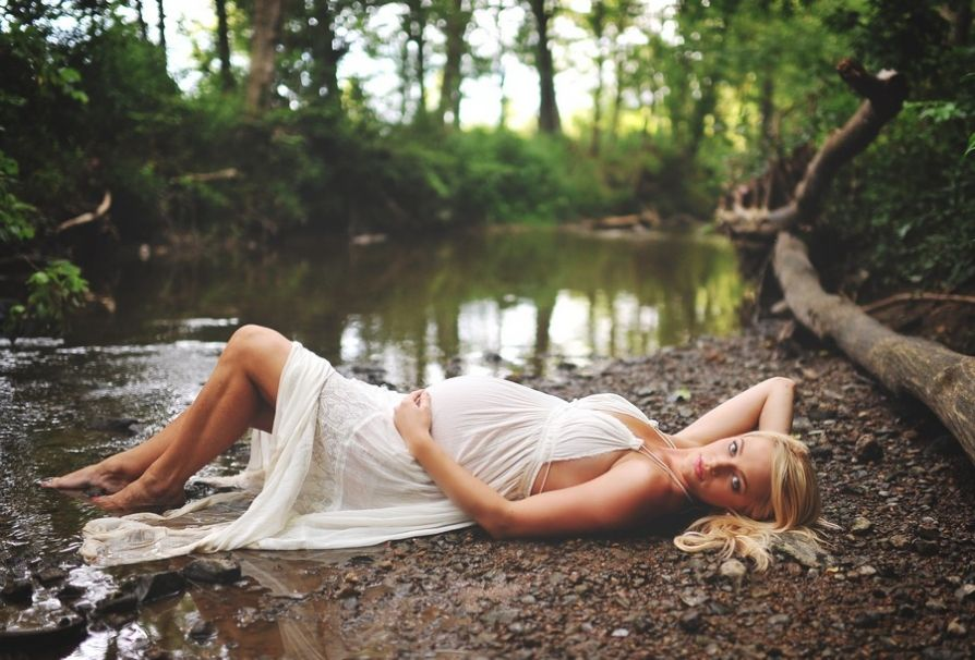 sarah-beth photography - amazing maternity pose laying down and look