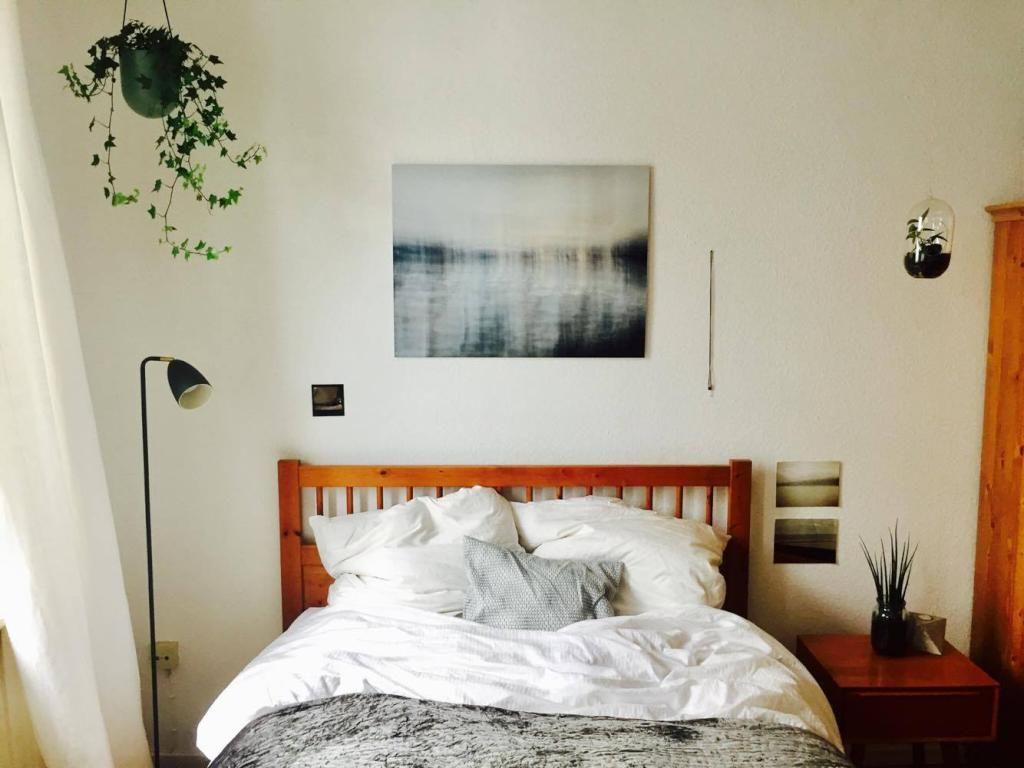 Einrichten Schlafzimmer ~ Gemütliches schlafzimmer mit bett aus massivholz. #einrichtung