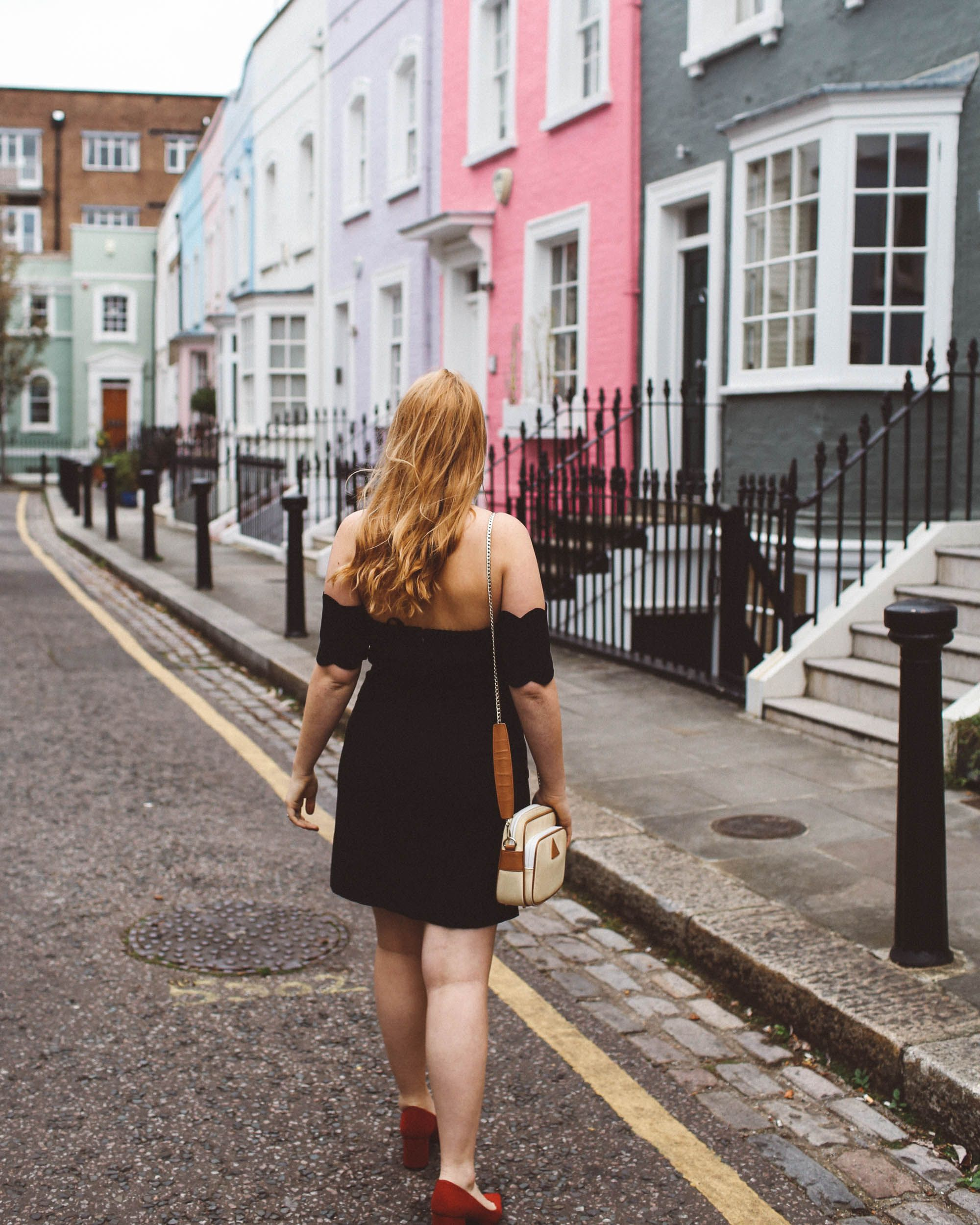 The best little black dress for curvy women. Best dress to wear in London. Club Monaco Scalloped black dress, pink houses Chelsea London,Red heels, The best anti-theft travel bag   read more here: http://whimsysoul.com/little-black-dress-london/ #littleblackdress #redshoes #chelsealondon #pastelhouses