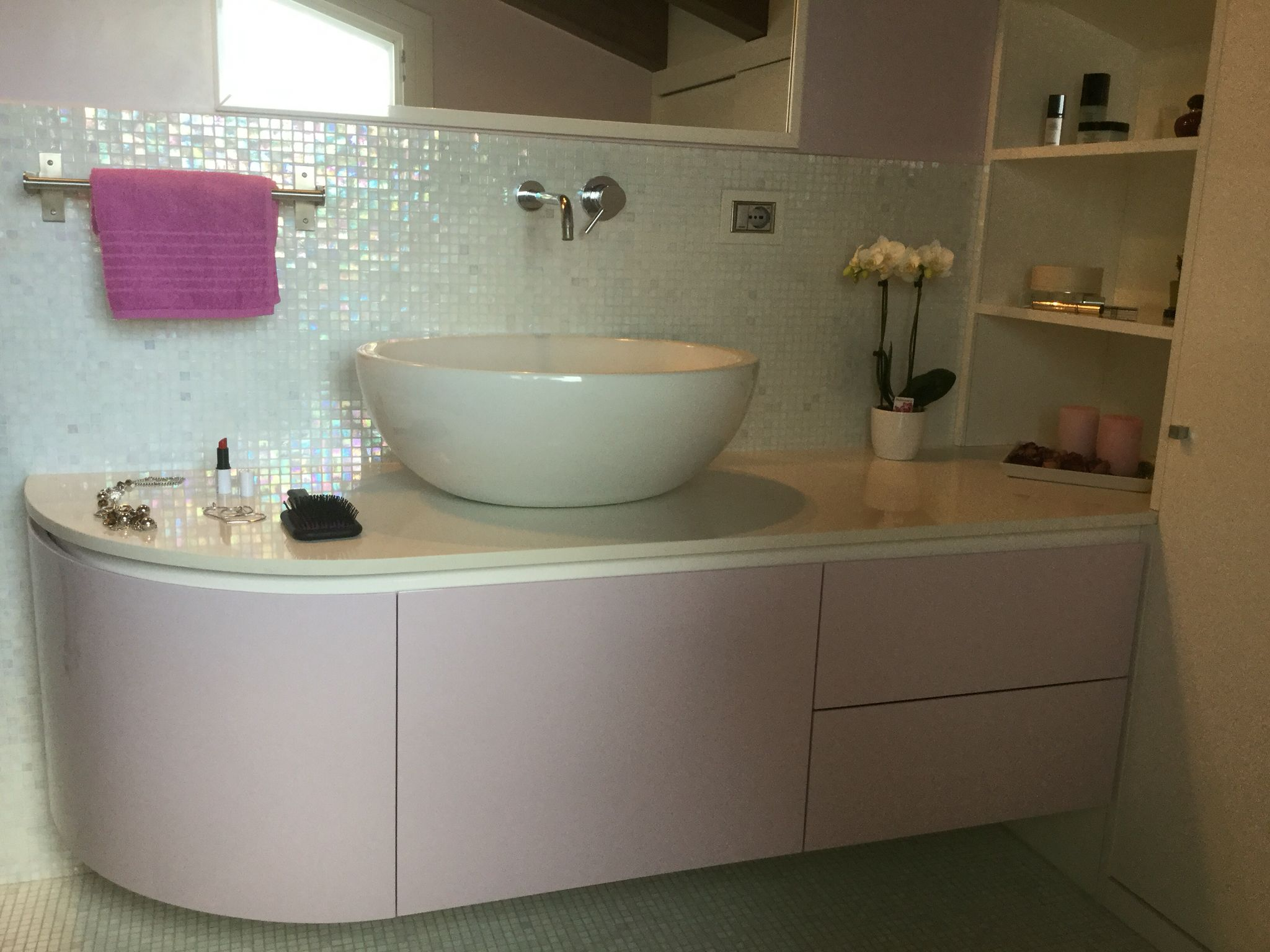 Armadietto Bagno ~ Arredo bagno personalizzato per mansarda laccato lucido bianco e