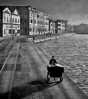 這一幅《日暮途遠》(As Evening Hurries By, 1955)據說是大師自己最心愛的作品。鏡頭下的五十年代堅尼地城海傍