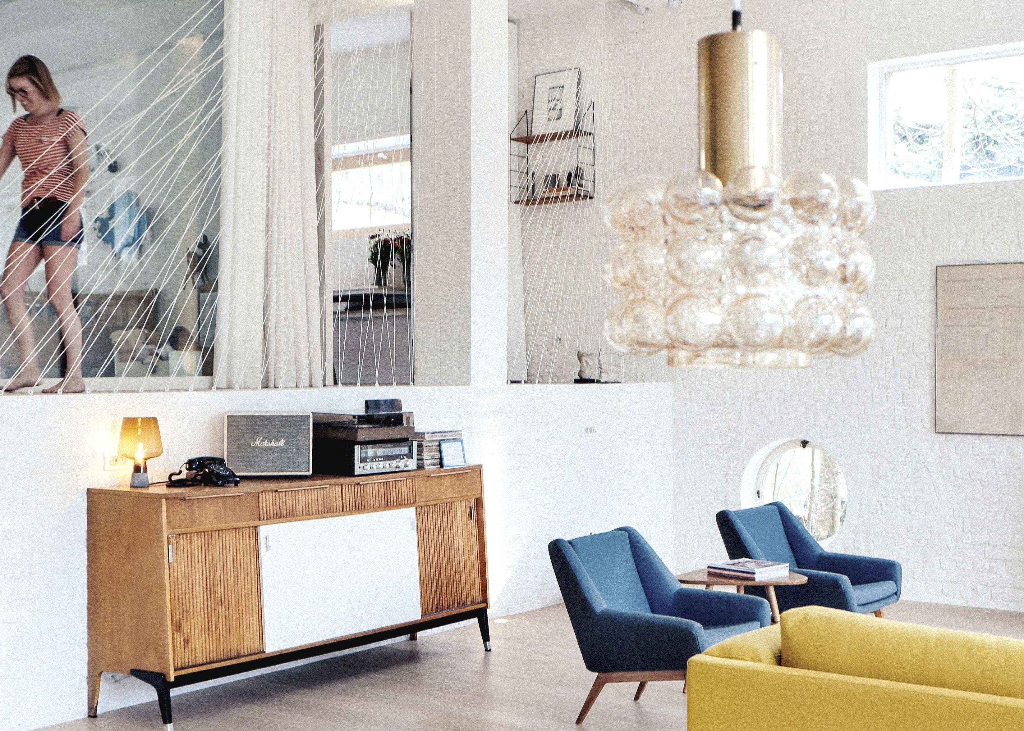 binnenkijken van sanatorium tot moderne woning met een strak wit interieur
