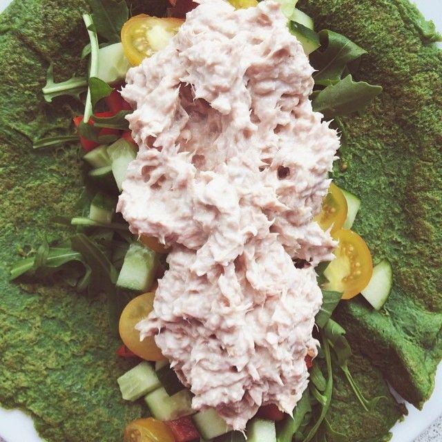 Dinner!  Spinat pandekager med tun og grøntsager, Mums! Det er bare æg og frisk spinat som lige har fået en tur med stavblenderen