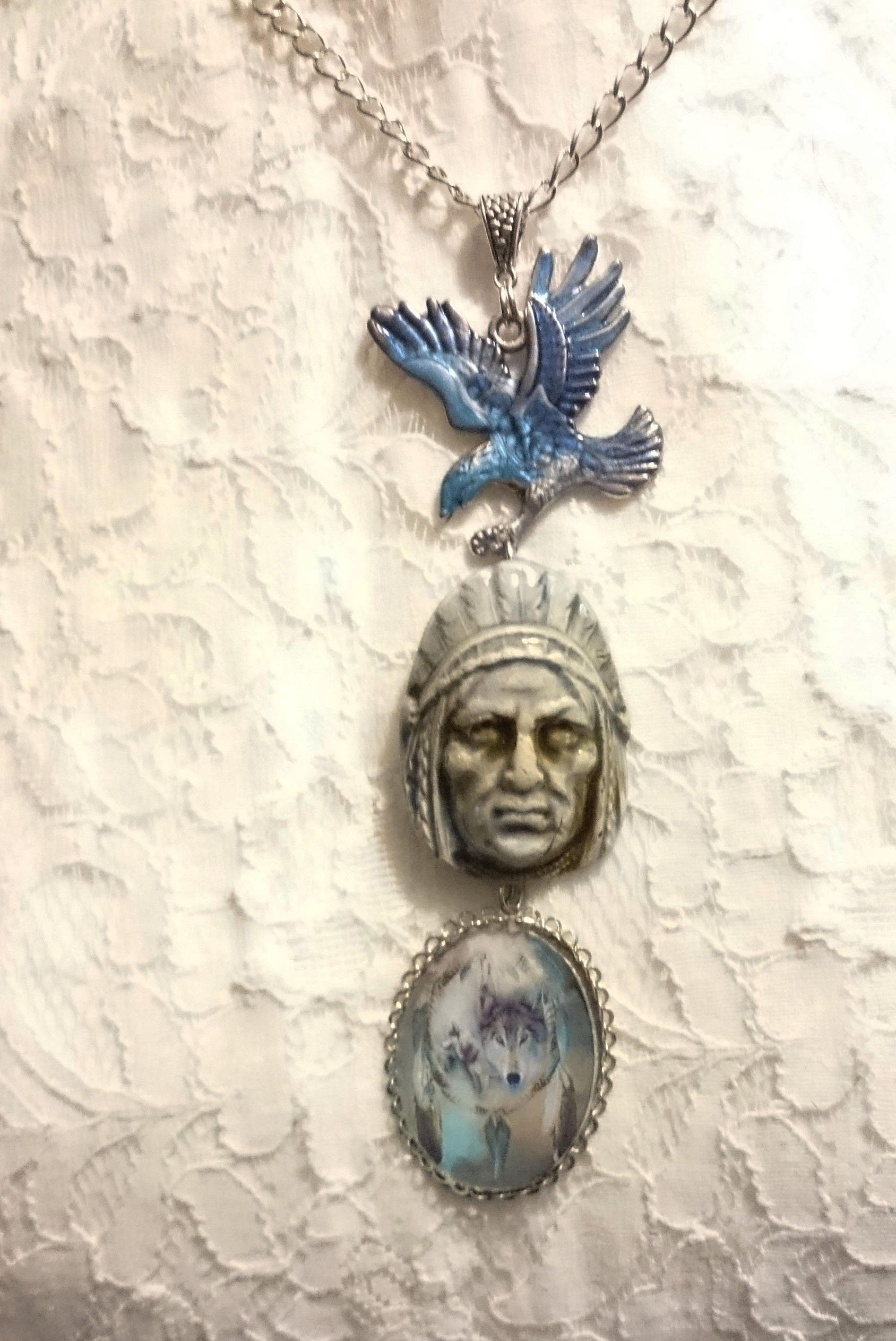 collier Amérindien, indien céramique bleu, profil d\u0027aigle peint en bleu,  loup