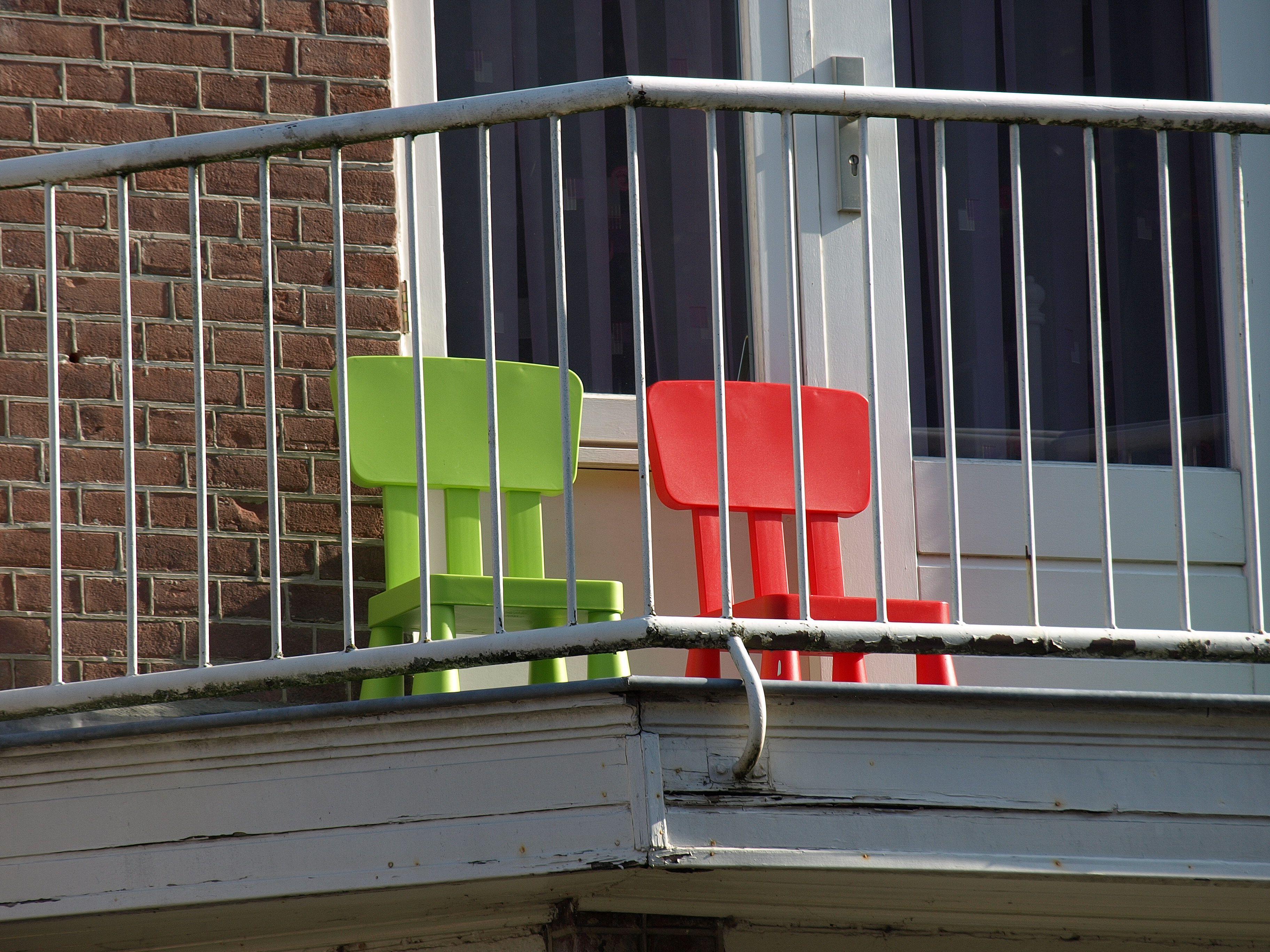 Ikea stoeltjes op een Nijmeegs balkon spot the ikea